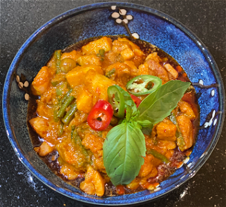 Foto Kippendijen in pittige Thaise rode curry saus